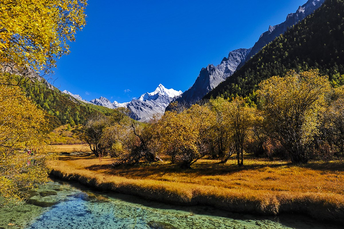 Luorong Pasture and Xialuoduoji Mountain | Foto von Wang Lei